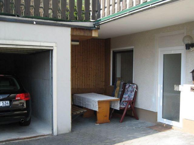 gemütliche Sitzecke neben der Garage