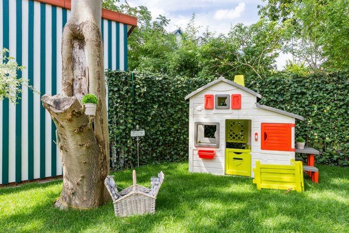 Kinderspielhaus im privaten Garten