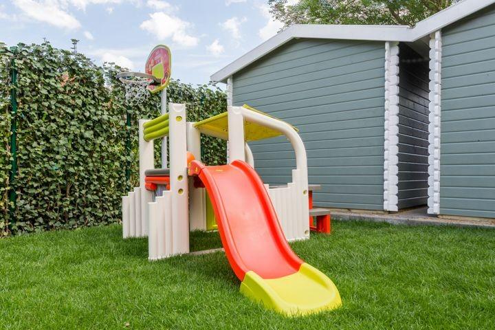 Kinderspielgerät im Vorgarten