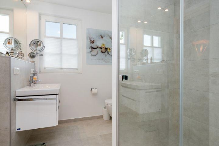 Bad mit ebenerdiger Dusche im 1. OG