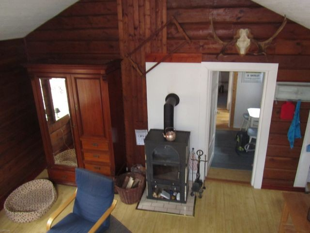 Kaminofen im Wohnbereich, Tür zum Durchgangszimmer mit Hochbett