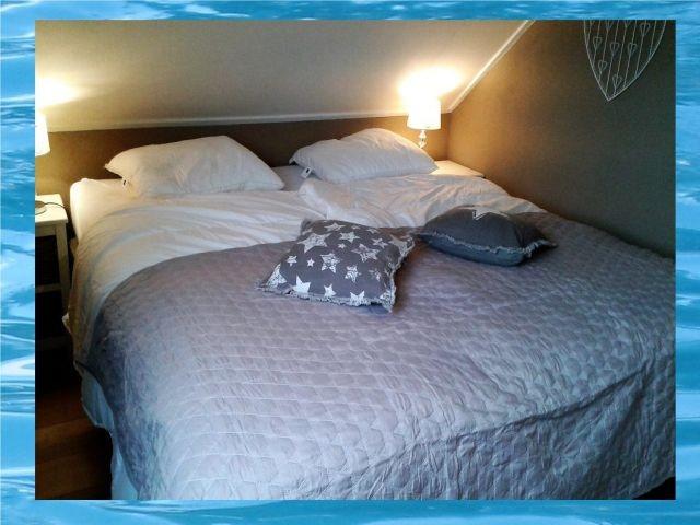 2. Schlafzimmer mit Doppelbett und TV