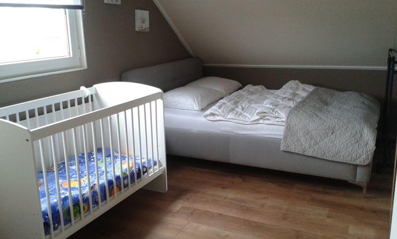 Kinderbett und weiterem Doppelbett im Familienzimmer