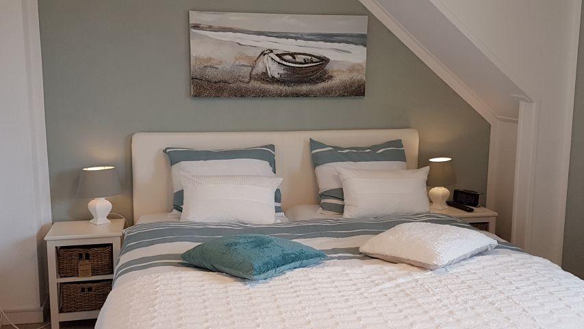 Schlafzimmer mit Boxspring- Doppelbett und TV