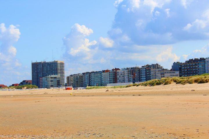 Blick vom Strand auf die Promenade von Oostduinkerke