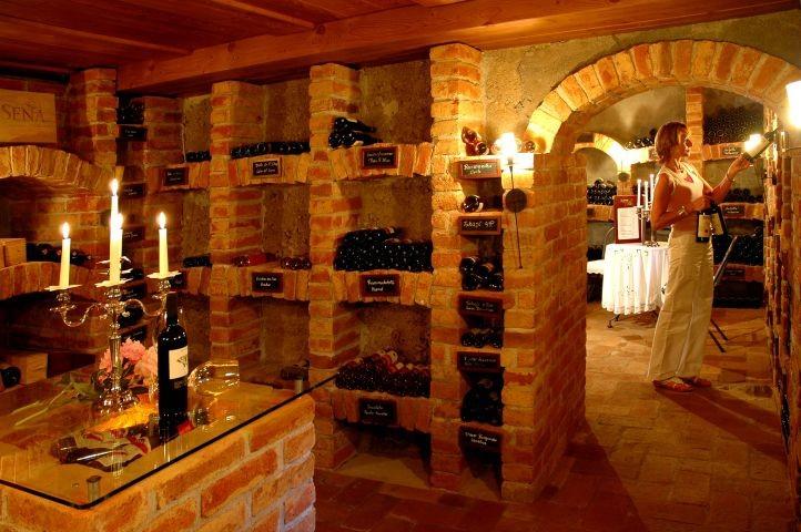 Genießen Sie einen unserer Weine aus unserem hoteleigenen Weinkeller