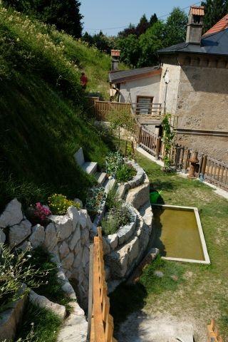Die Ruheterrasse mit Quellwassertretbecken und Kräutergarten