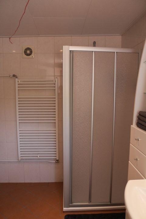 Dusche und Handtuchheizung