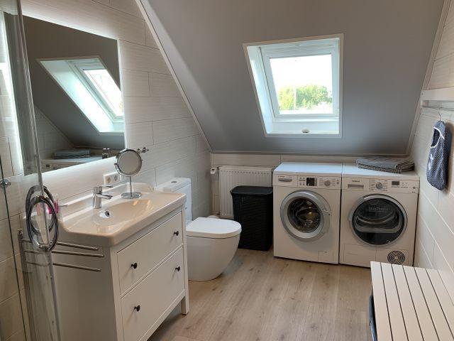 oberes Bad mit Waschmaschine und Trockner