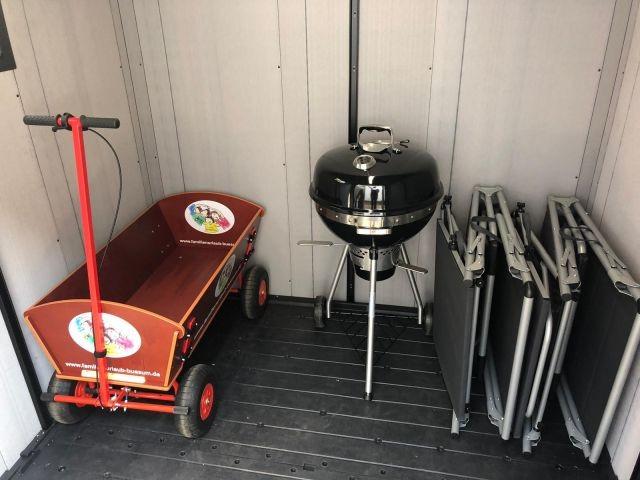 Bollerwagen, Grill, zwei Sonnenliegen und Brötchenfahrrad für unsere Gäste