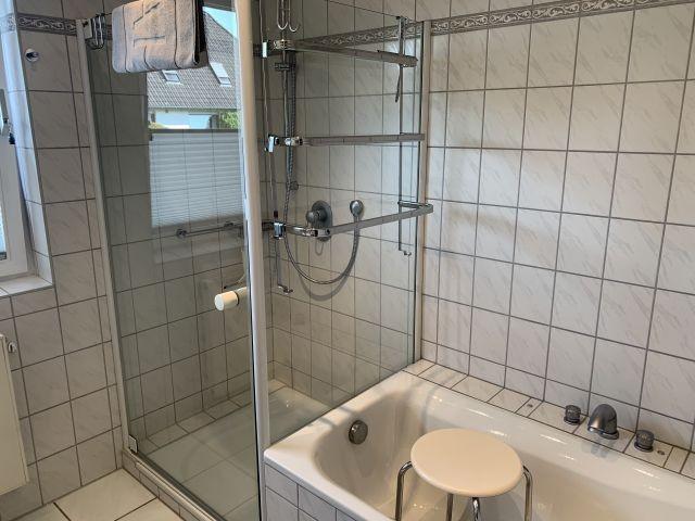Bad unten mit Dusche und Badewanne