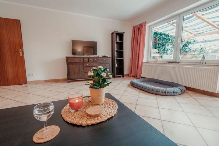 Großzügiges Wohnzimmer mit Kamin (4)