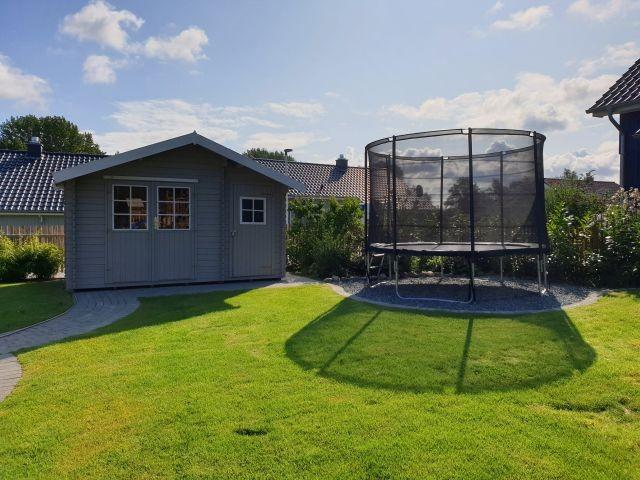Trampolin und Gartenhaus