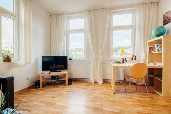 Wohnzimmer mit 3 Fenstern