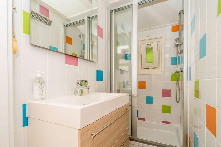 Modernes Badezimmer mit Dusche und Badmöbel