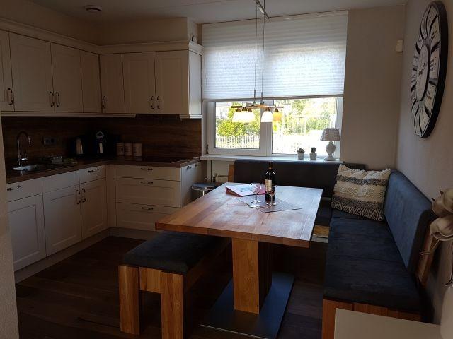 Küche mit Ceranfeld, Backofen, Mikrow. und Spülmaschine