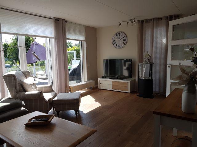 Wohnzimmer mit Ethanol Kamin und direktem Zugang zur eingezäunten Terrasse