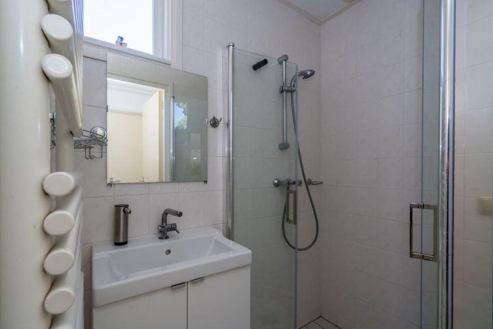 Badezimmer mit Dusche, Waschbecken