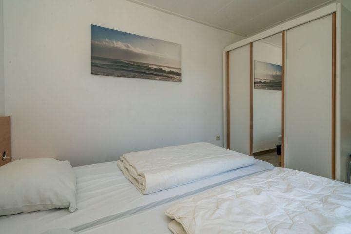 Schlafzimmer 1 mit 2 Boxspringbetten und Kleiderschrank