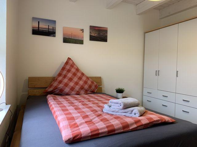Schlafzimmer EG 140 cm Bett mit TV