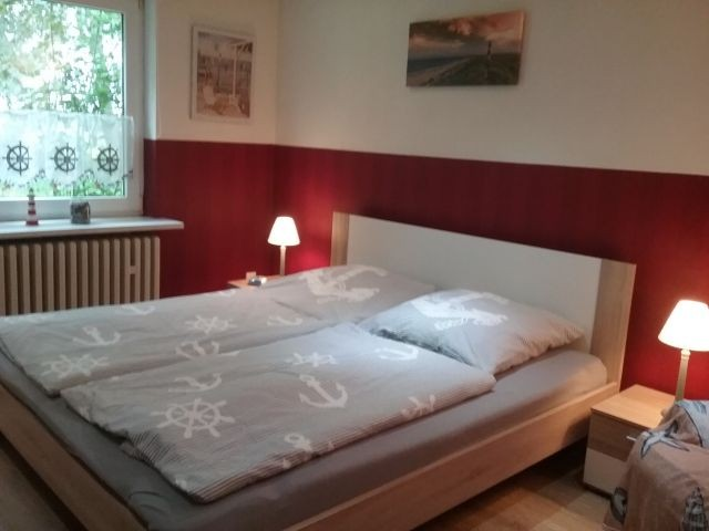 Schlafzimmer im EG mit Blick in den Garten