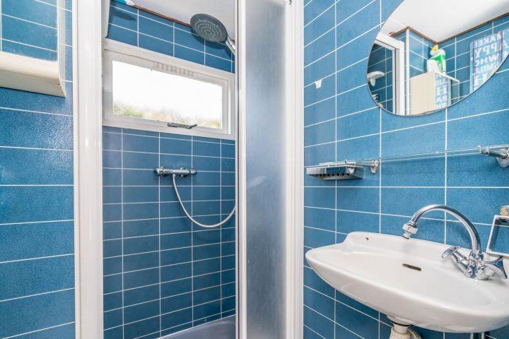 Badezimmer mit Dusche, Waschbecken, Toilette