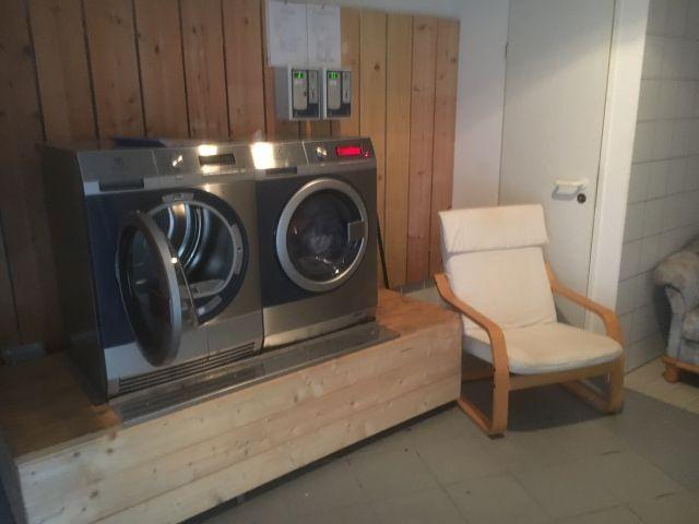 Waschmaschine und Trockner in der Anlage