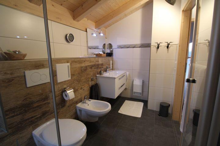 Bad OG mit großer Dusche, WC, Bidet, Fußbodenheizung und Schellheizer
