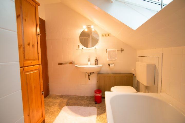 Badezimmer mit Blick auf WC und Waschbecken