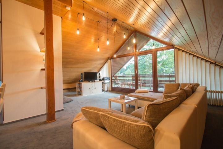 Überblick über das groß geschnittene Wohnzimmer