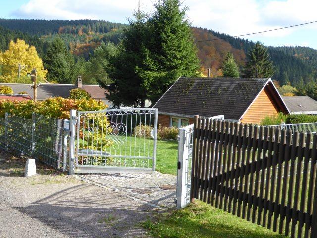 Einfahrt zum Parkplatz mit elektrisch öffnenden Tor