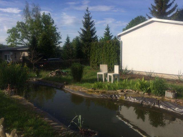 eingezäuntes Grundstück mit Gartenteich