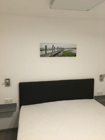 Schlafzimmer mit Boxspringbett und TV