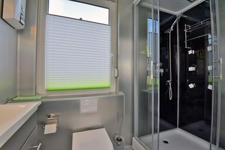 Bad mit moderner Dusche