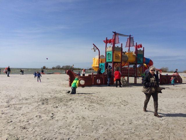 Spielmobil am flachen Sandstrand