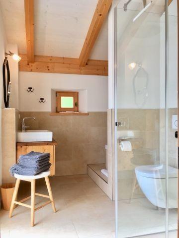 Badezimmer mit Fenstern