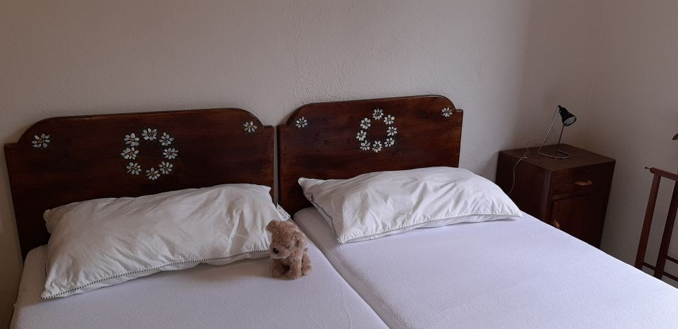 Schlafzimmer mit 2 Einzelbetten als Doppelbett im 1. OG