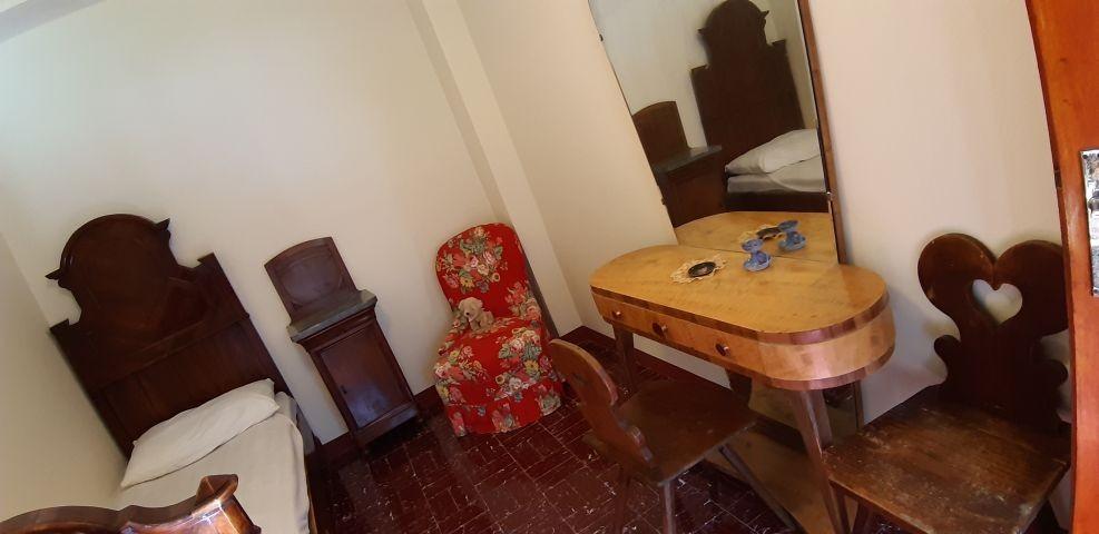 Schlafzimmer mit Einzelbett und Kinderbett
