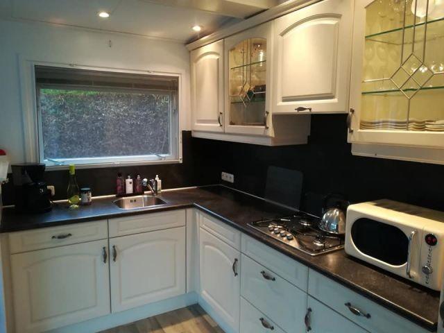 Die gut ausgestattete Küche mit Mikrowelle