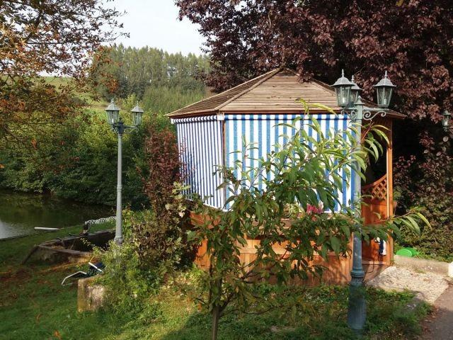 Pavillon im Garten - weitere Ansicht