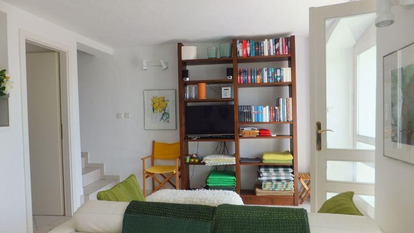 Wohnraum mit Urlaubsbibliothek