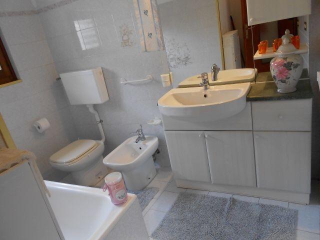 Bad mit Badewanne im Erdgeschoß