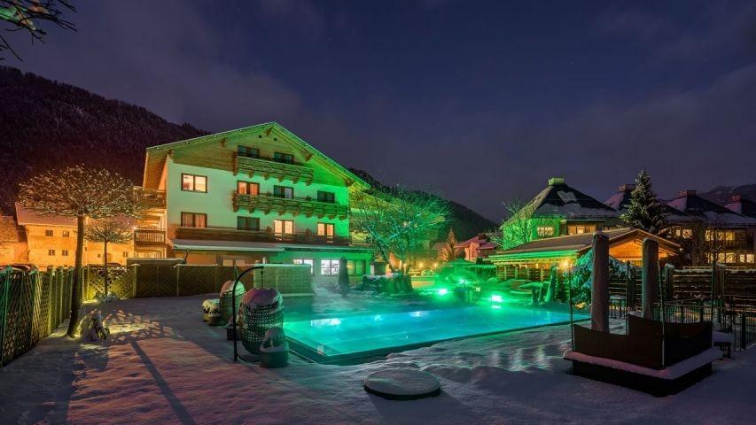 Unser Hotel in der Hinteransicht im Winter bei Nacht
