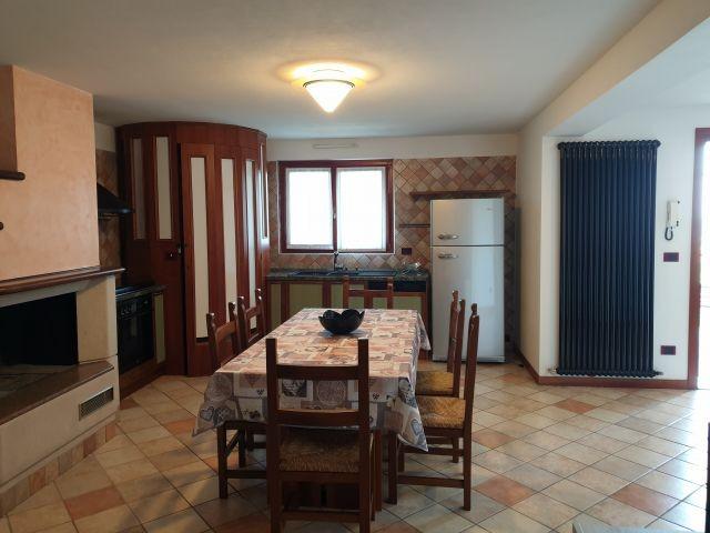 Blick auf den ersten Wohnraum mit Esstisch und Kochnische