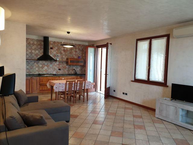 Blick auf den zweiten Wohnraum mit Esstisch, Kochnische und Schlafsofa