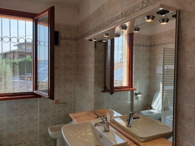 Zweites Badezimmer: Bild vom Waschbecken, WC und Bidet