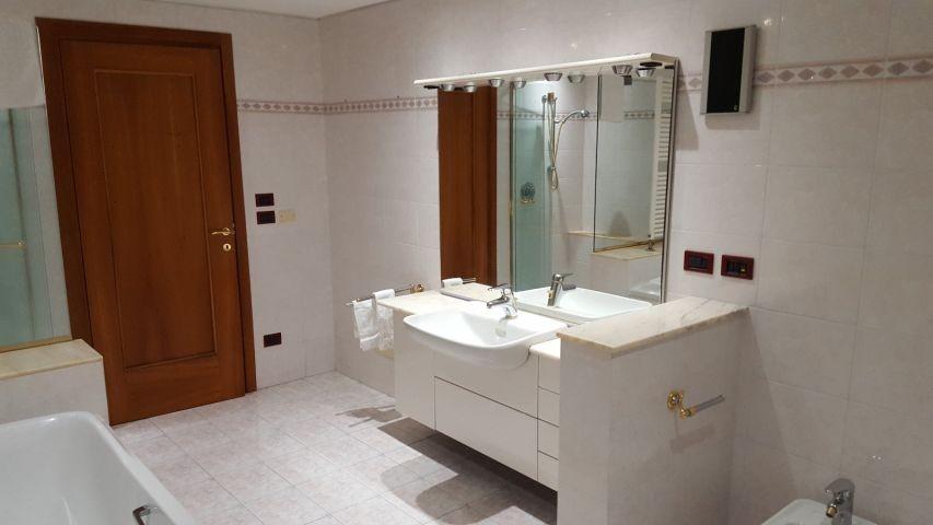 Erstes Badezimmer: Bild vom Waschbecken