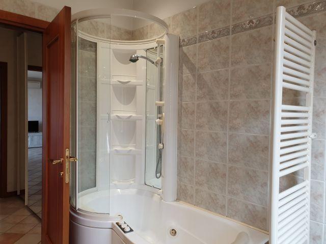 Zweites Badezimmer: die Whirlpool-Badewanne