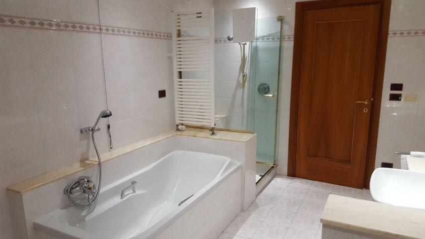 Erstes Badezimmer: Bid von der Badewanne mit Dusche