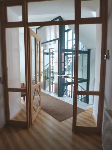 Unser gläserner Lift im Treppenhaus
